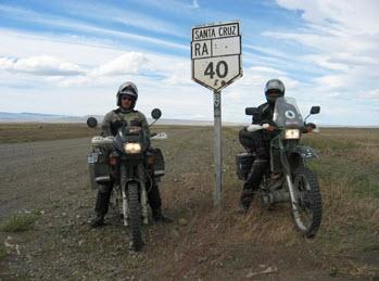 2 motorijders bij Ruta 40